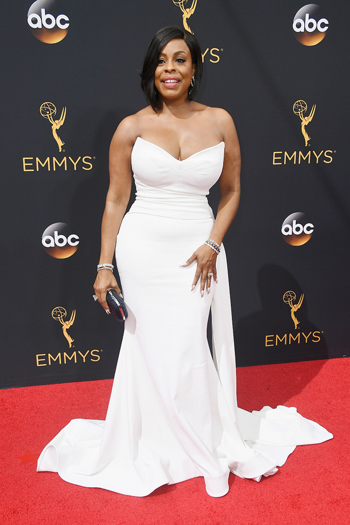 Niecy Nash at the 2016 Emmy Awards in Christian Siriano
