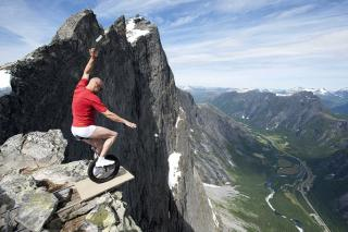 8 Photos Of Daring Tourists That Will Make Your Stomach Flip