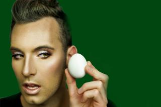 People Are Using Boiled Eggs To Apply Makeup
